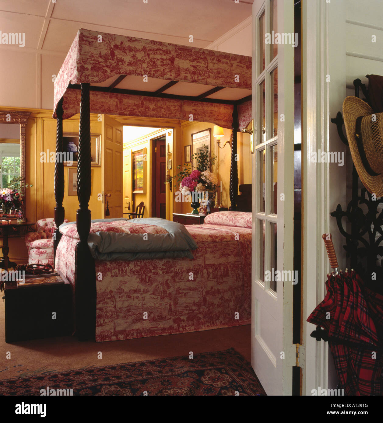Schlafzimmer Tur Offnen #17: Tür Zu öffnen, Zu Land Schlafzimmer Mit Rot Weißen Toile De Jouy  Profilkranz Und Bettdecke Auf Antiken Schlafzimmereinrichtungen Bett