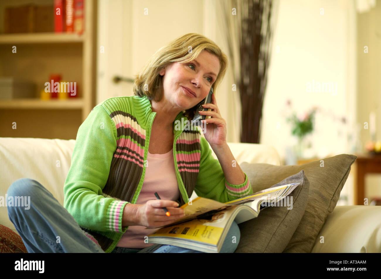 Eine Frau ruft ein Versandhandel einkaufen Unternehmen am Telefon Stockbild