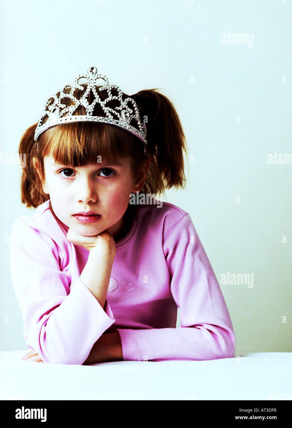 Ein Mädchen trägt ein pinkes Top und tiara Stockbild