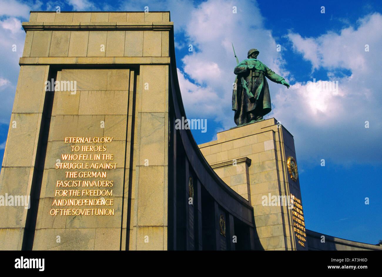 Sowjetische Ehrenmal im Tiergarten auf der Straße des 17 Juni Berlin Deutschland Stockfoto
