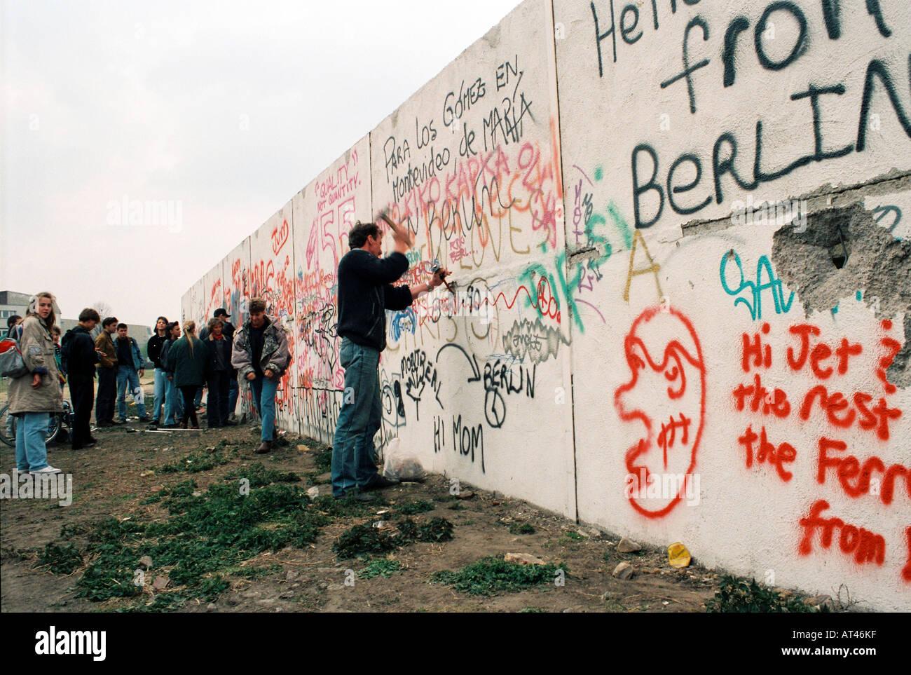 Der Fall der Berliner Mauer 1989. Ein auferstehen Jäger schneidet Teile der Mauer. Stockbild