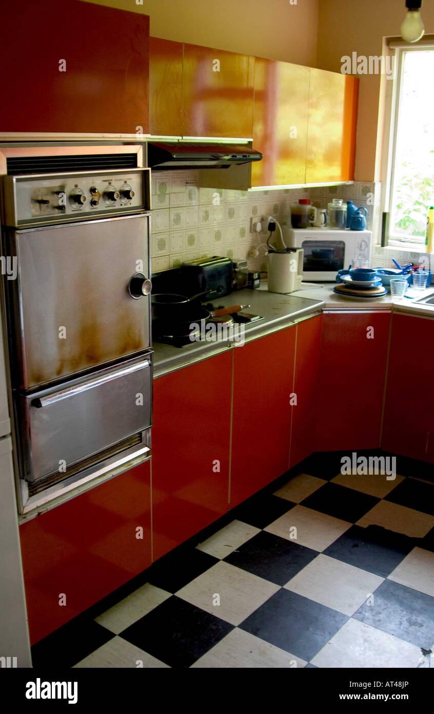 Eine alte schmutzige 1970 s Küche in einem Vorort von Dublin ...