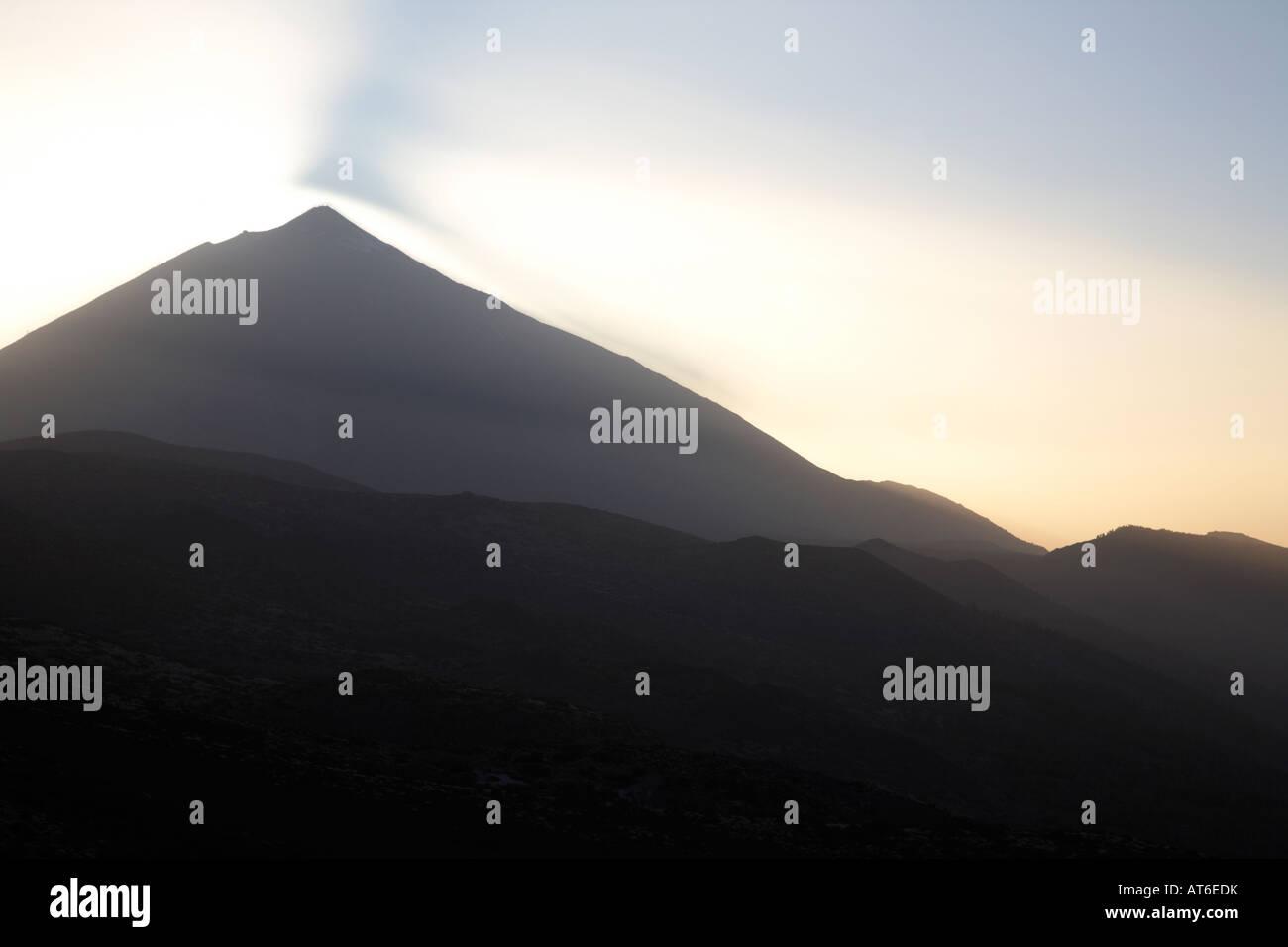 Sonnenuntergang über den Teide mit Schatten Licht fällt auf Duststorm am Berg el Teide Teneriffa Kanaren Stockbild