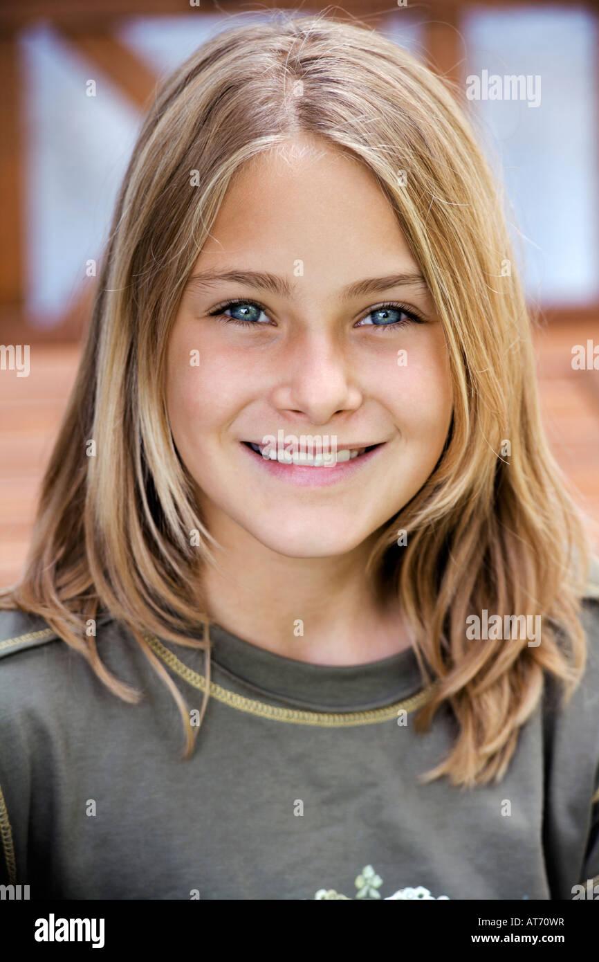 Porträt eines Mädchens (13-14), lächelnd Stockbild