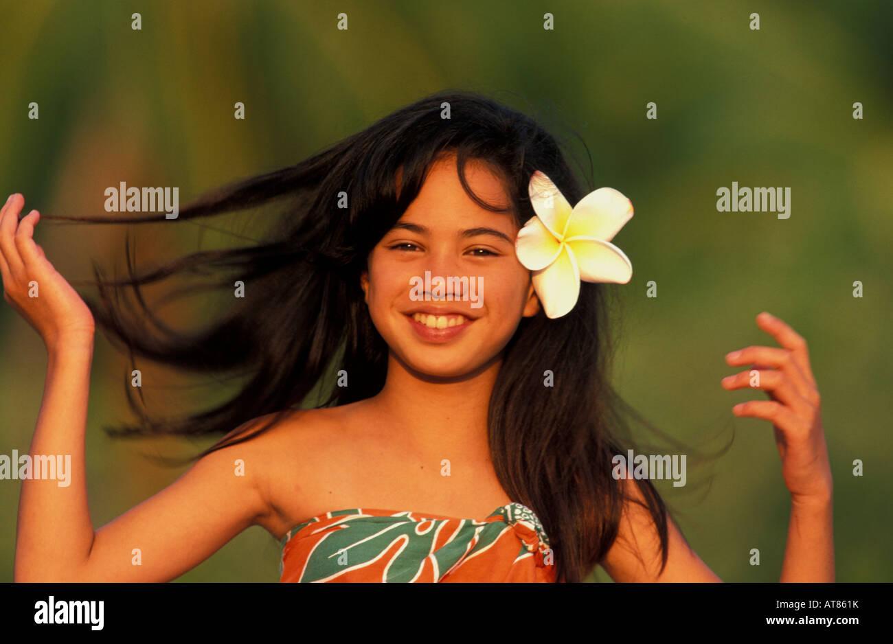 lokale hawaiian mà dchen là chelnd mit blume im haar stockfoto bild