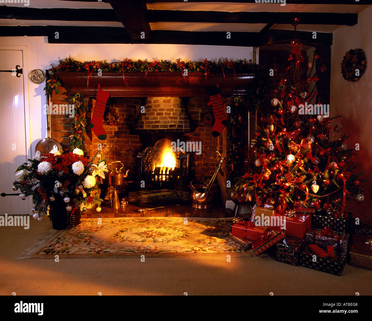 traditionelle englische country cottage inglenook kamin dekoriert f r weihnachten stockfoto. Black Bedroom Furniture Sets. Home Design Ideas