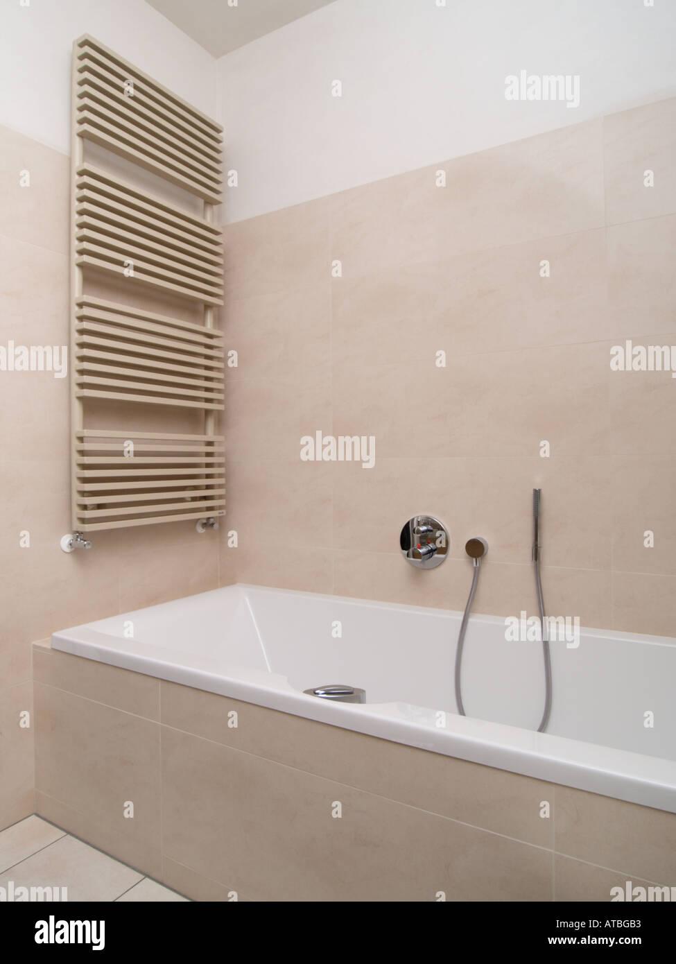Neues Modernes Bad Mit Design Heizkörper Heizung Und Duschkopf Beige Creme  Farbe