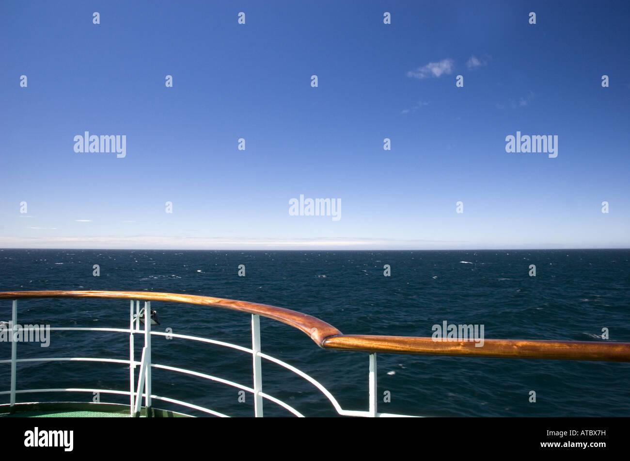 Balustrade des Schiffs- und Blick auf das Meer Stockbild