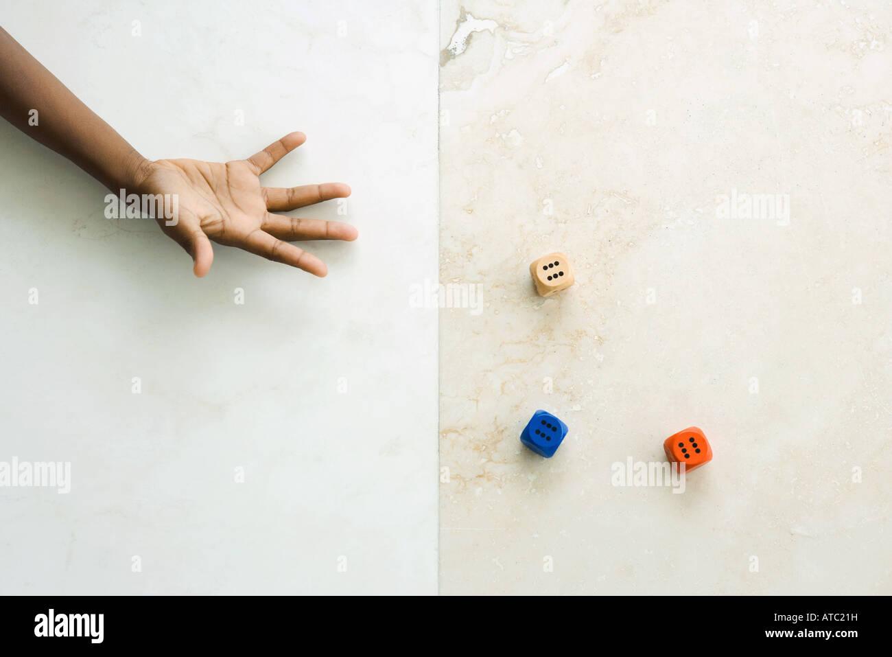 Würfeln, Kind beschnitten Blick auf hand Stockbild