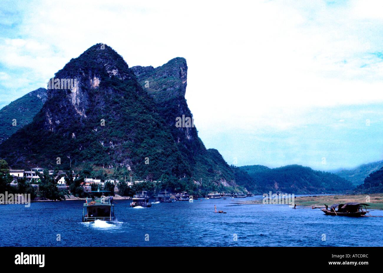 Ausflugsboote am Lijiang-Fluss in der Nähe von Guilin China Asien Wasser Besuch besichtigen Bergen Geographie Stockbild