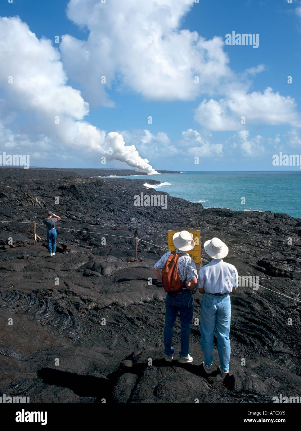 Paar, betrachtet man den Dampf von aktiven Lavastrom, Volcanoes National Park, Big Island, Hawaii, USA Stockbild