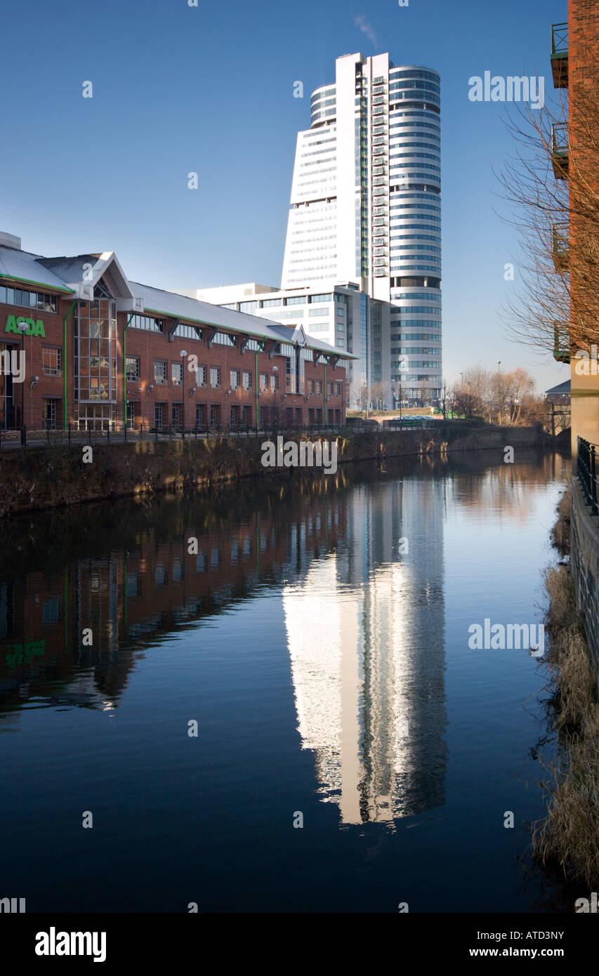 Bridgewater Ort spiegelt sich in Canal, Leeds, England, Großbritannien Stockbild