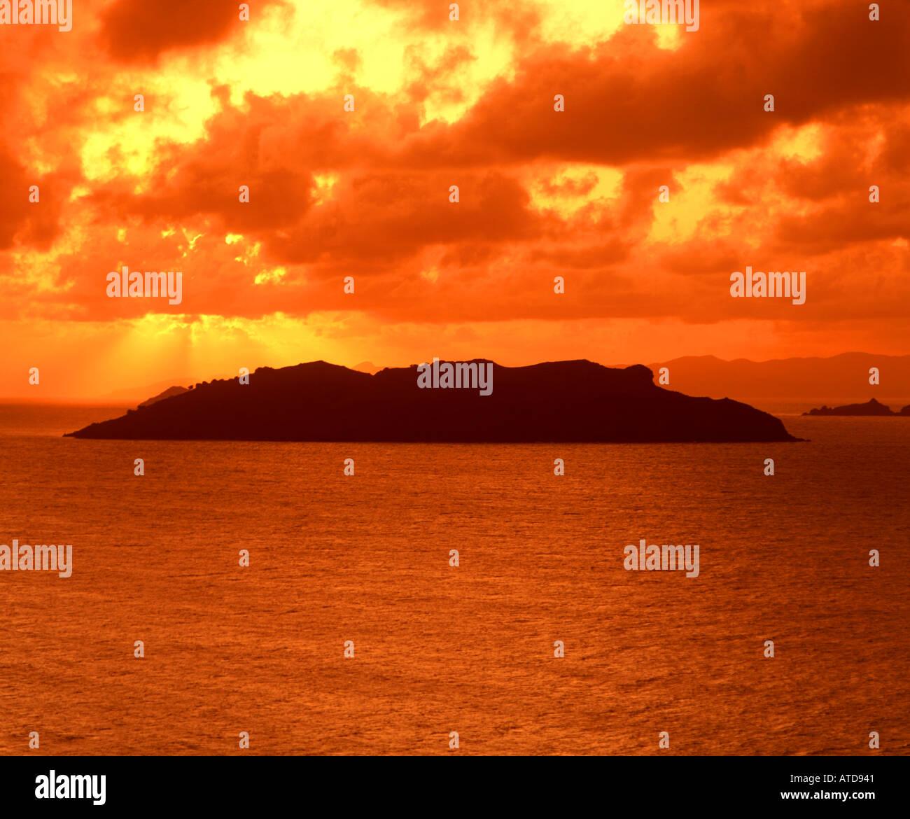Dramatischer feurigen Himmel auf einer karibischen Insel bei Sonnenuntergang Stockbild