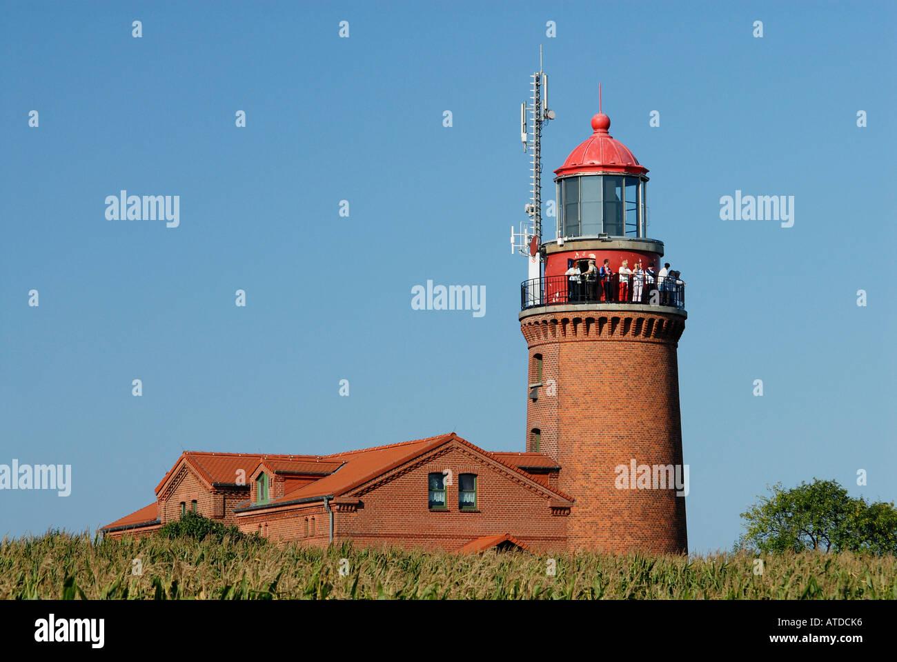 Touristen genießen den Blick vom alten Leuchtturm in Bastorf in der Nähe von Ostsee-Vorpommern, Deutschland Stockfoto