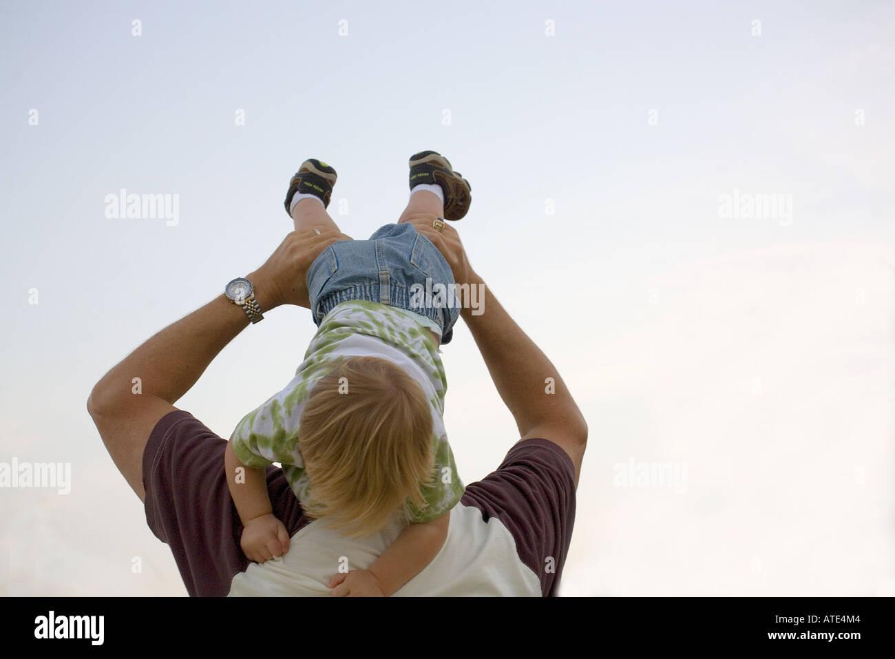 Kleiner Junge mit seinem Vater spielen Stockbild