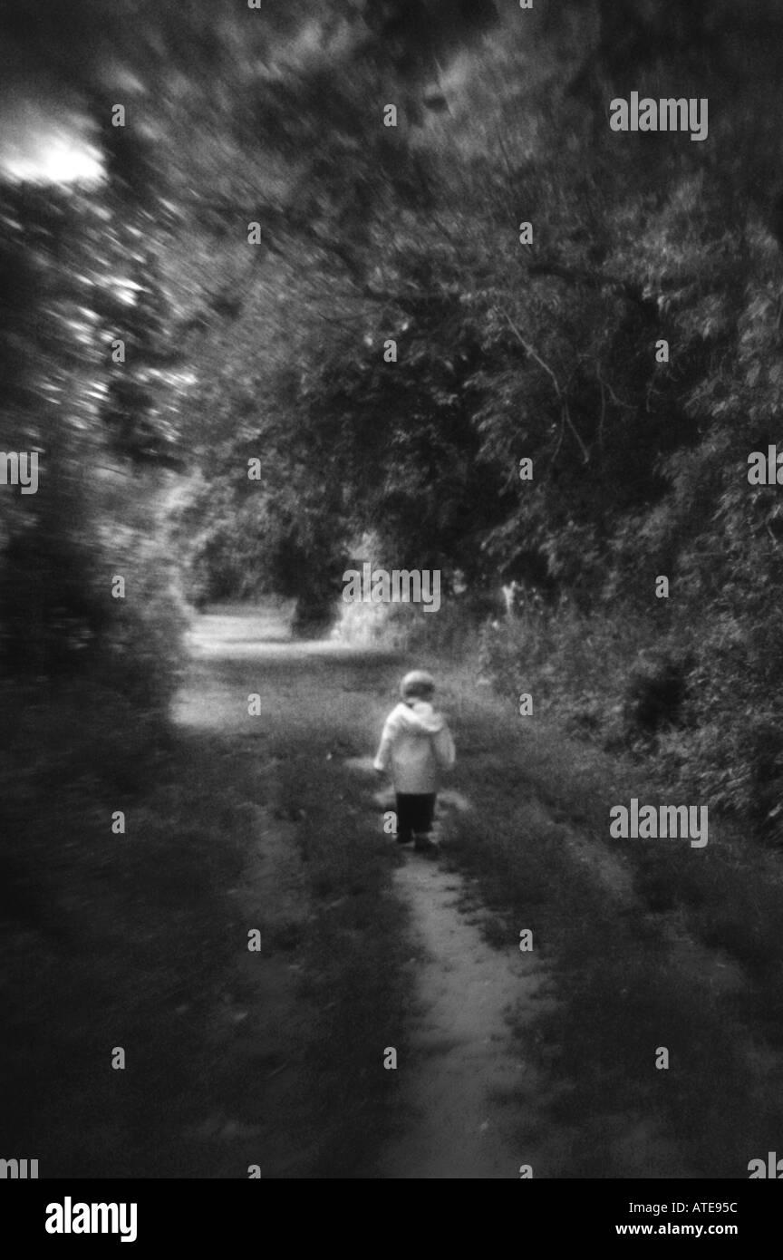 Kleines Kind zu Fuß auf Fußweg entfernten Kindheit Stockbild