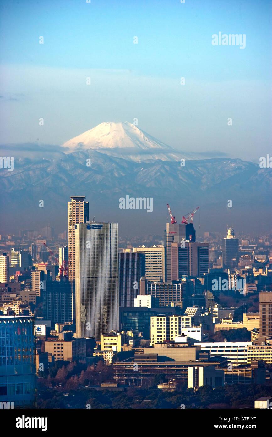 Mount Fuji gesehen in Tokio aus dem Hauptbahnhof Stockbild