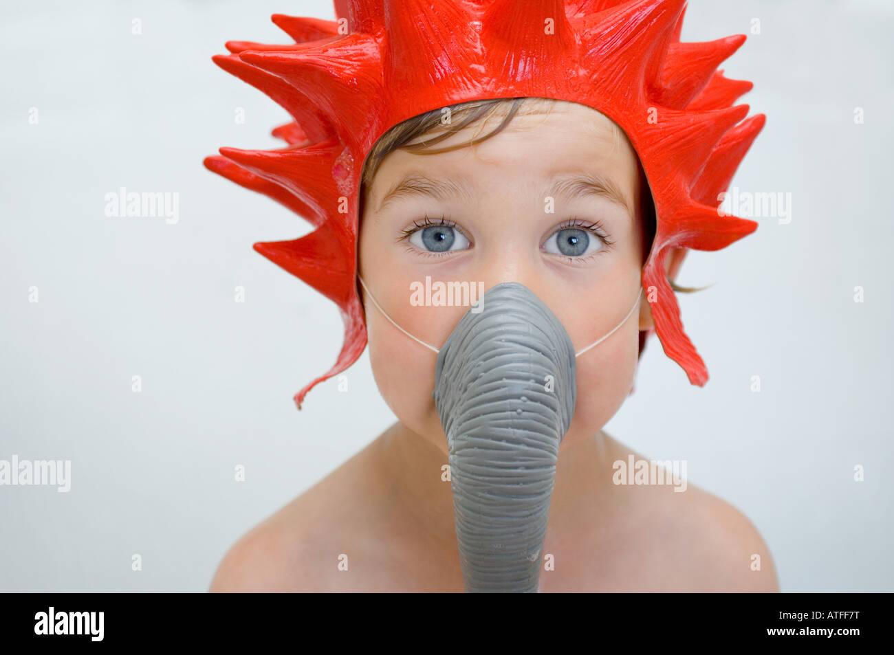 Ein Junge trägt eine Duschhaube und Kofferraum Stockfoto