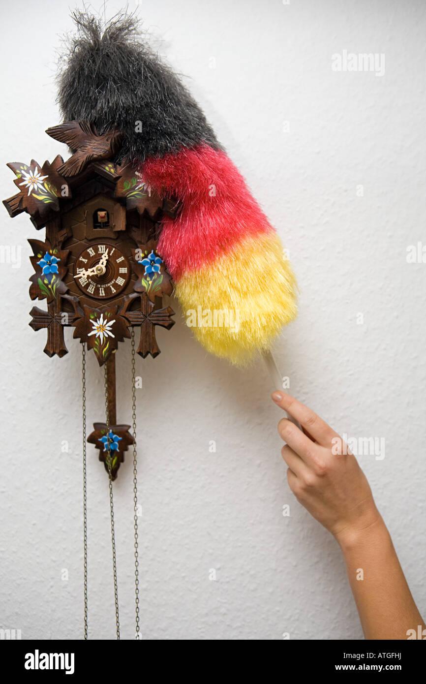 Eine Person, die Reinigung einer Kuckucksuhr Stockbild