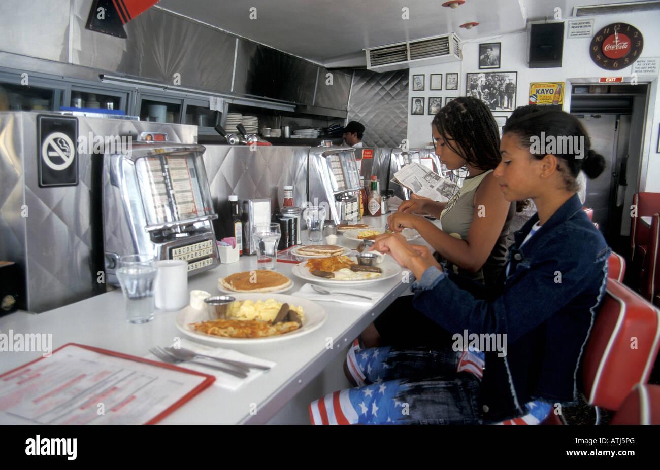 2 junge m dchen essen typisch amerikanische pancake. Black Bedroom Furniture Sets. Home Design Ideas
