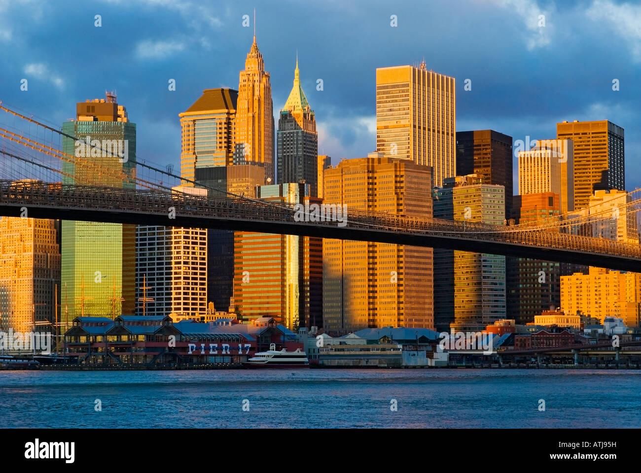 New York City. Skyline von Lower Manhattan gesehen vom East River zeigen die Brooklyn Bridge und den Financial District. Stockbild