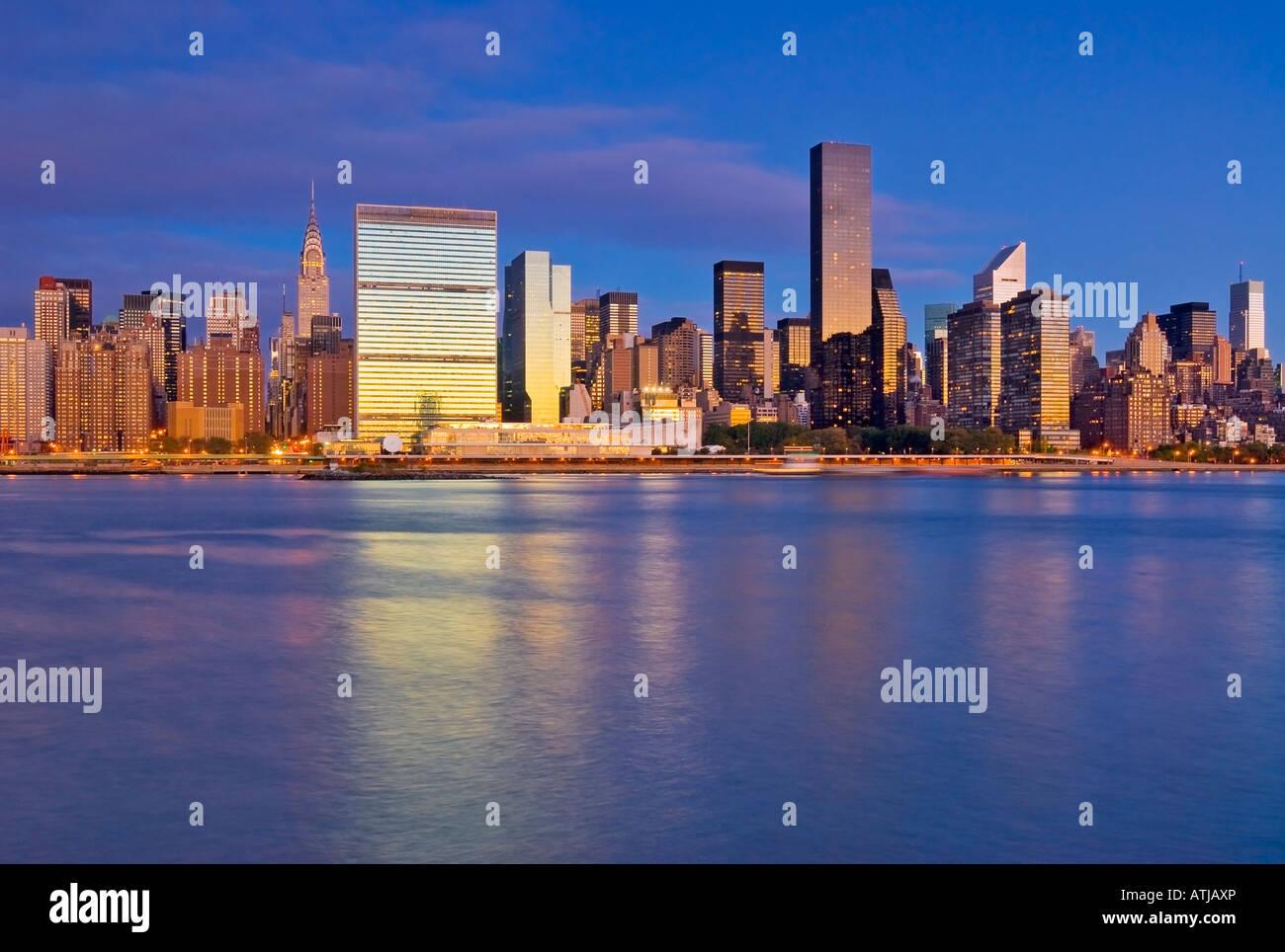 Manhattan Skyline New York City East River mit dem UNO-Gebäude Stockbild