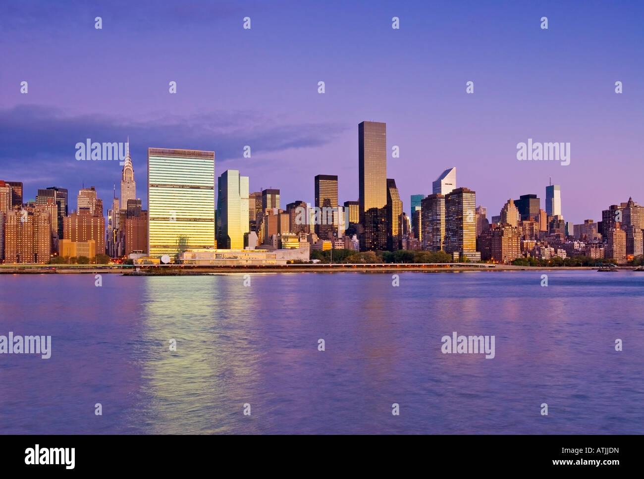 New York City. Skyline von Midtown Manhattan vom East River gesehen zeigt das Chrysler Building und den Vereinten Stockbild