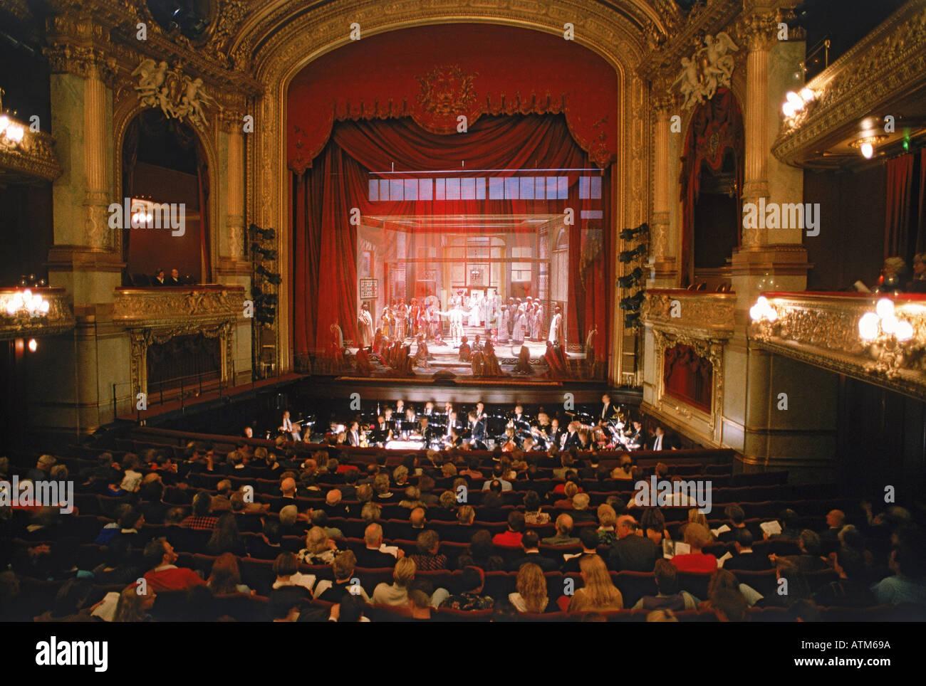 Publikum und ausübende Künstler auf der Bühne am Royal Opera House Stockholm Stockbild