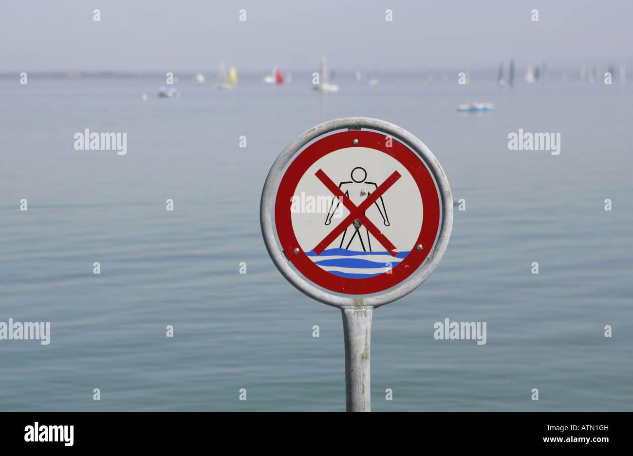 Kein Schwimmen Zeichen am Ufer des Bodensees. Stockfoto