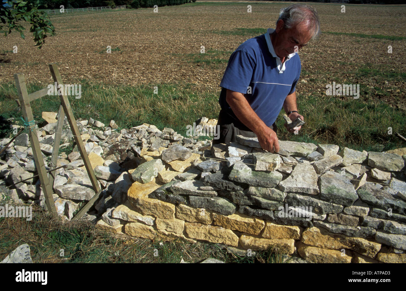 Traditionelle Handwerker Bau einer Trockensteinmauer in den ...