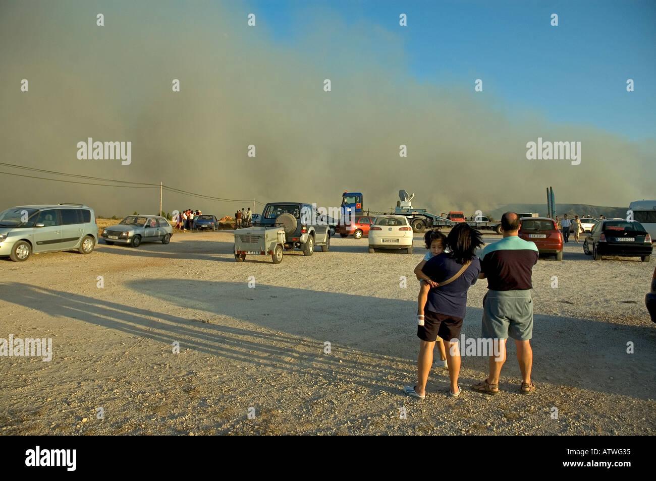 Die Menschen sehen wilde Feuer auf den Ebenen von Guadalajara, Spanien. Stockbild