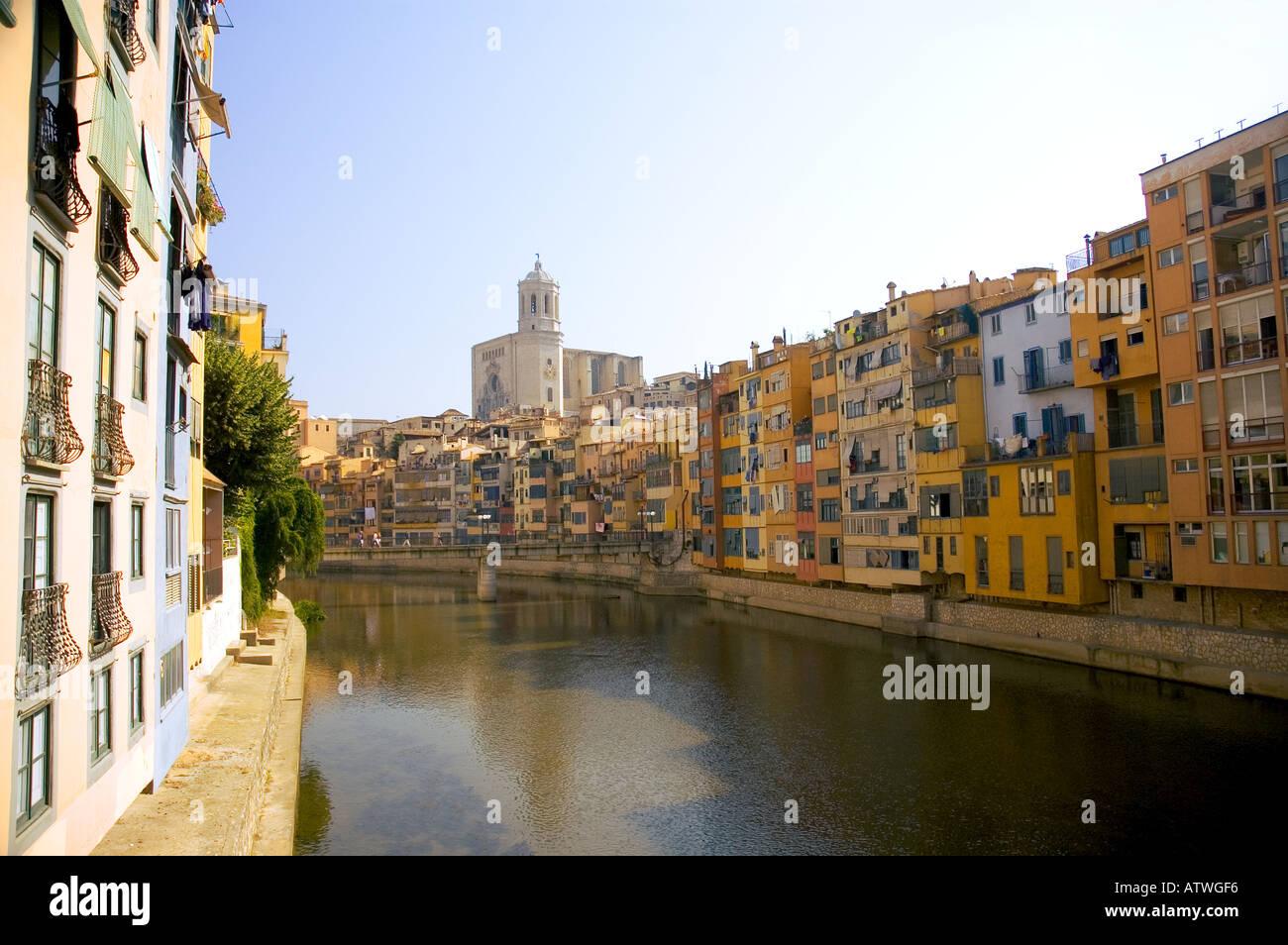 Riverside Appartments am Fluss Onyar, Girona, Katalonien, Spanien. Stockbild
