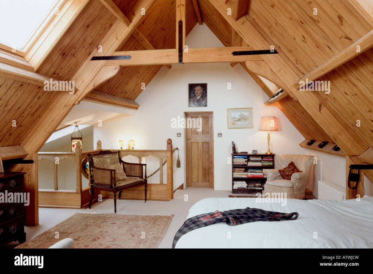 h usliche interieur modernen holz get felte decke dachgeschoss schlafzimmer stockfoto bild. Black Bedroom Furniture Sets. Home Design Ideas