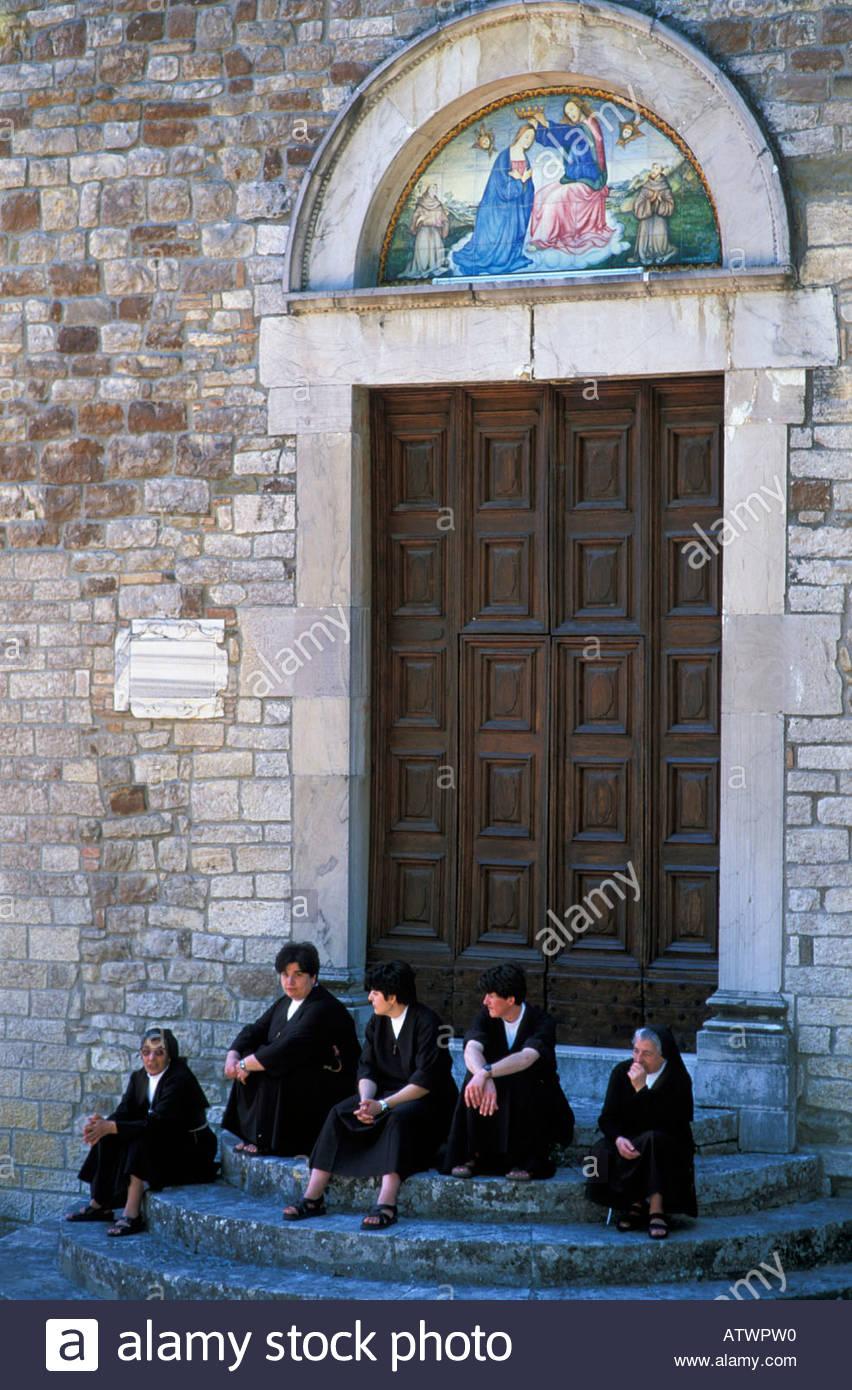 Franziskaner Nonnen außerhalb Montesanto Kloster Todi Val Tevere Umbrien Italien Stockbild
