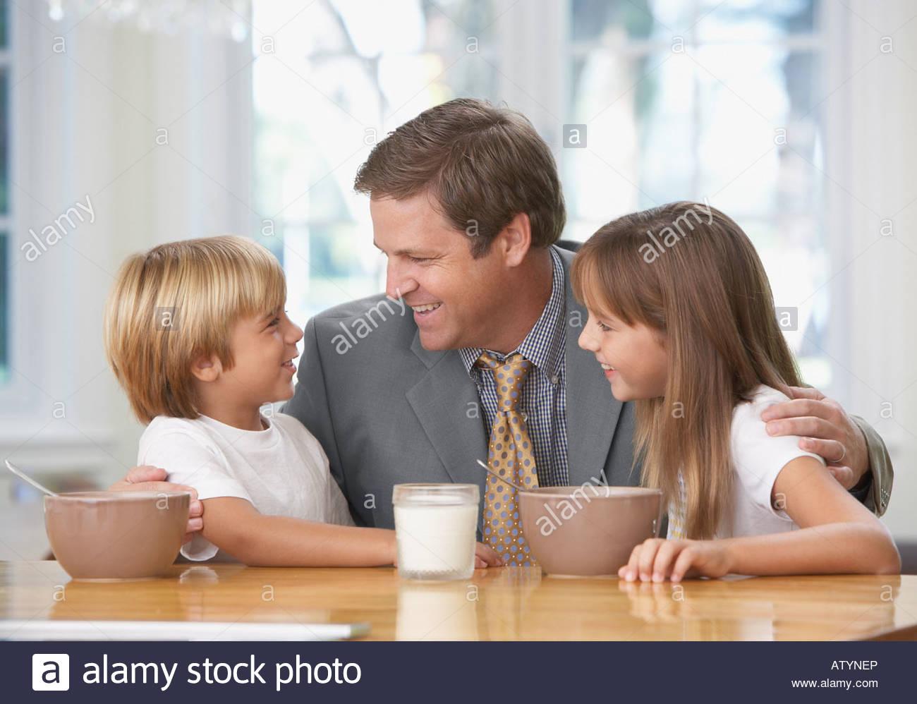 Mann und zwei kleinen Kindern in Küche kleben Stockfoto