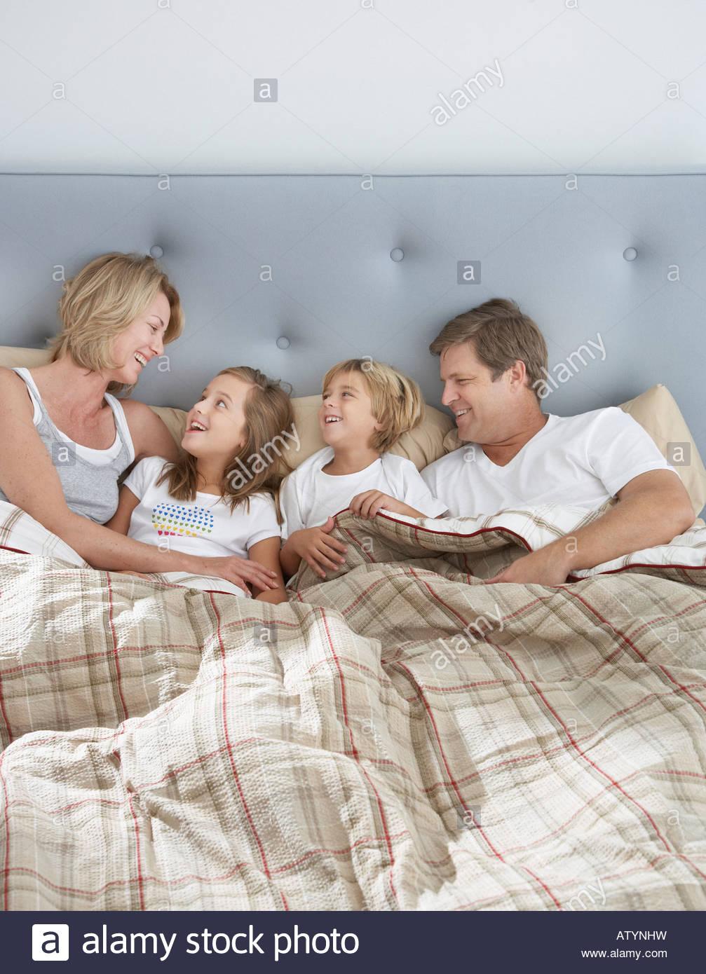 Familie im Bett zusammen kleben Stockfoto, Bild: 16417956 - Alamy