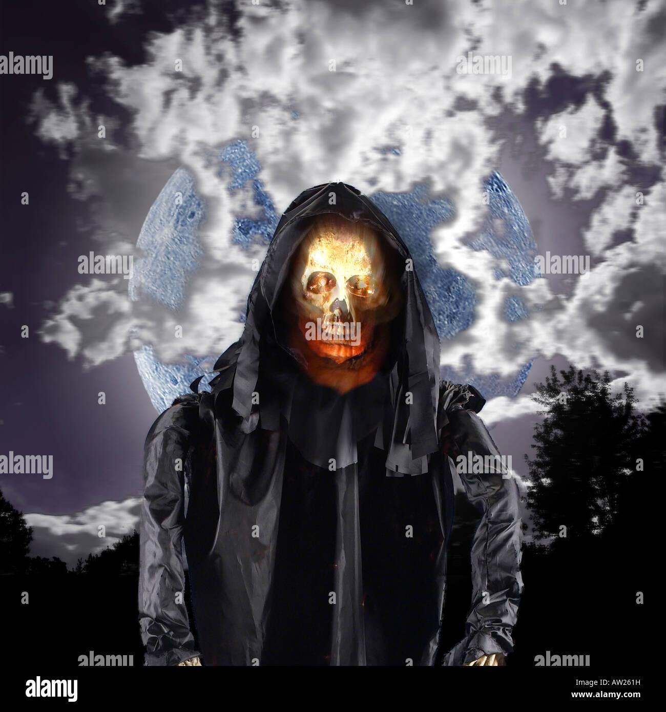Böse Schädel Dämon Ghost mit Vollmond der Halloween-Nacht Stockbild