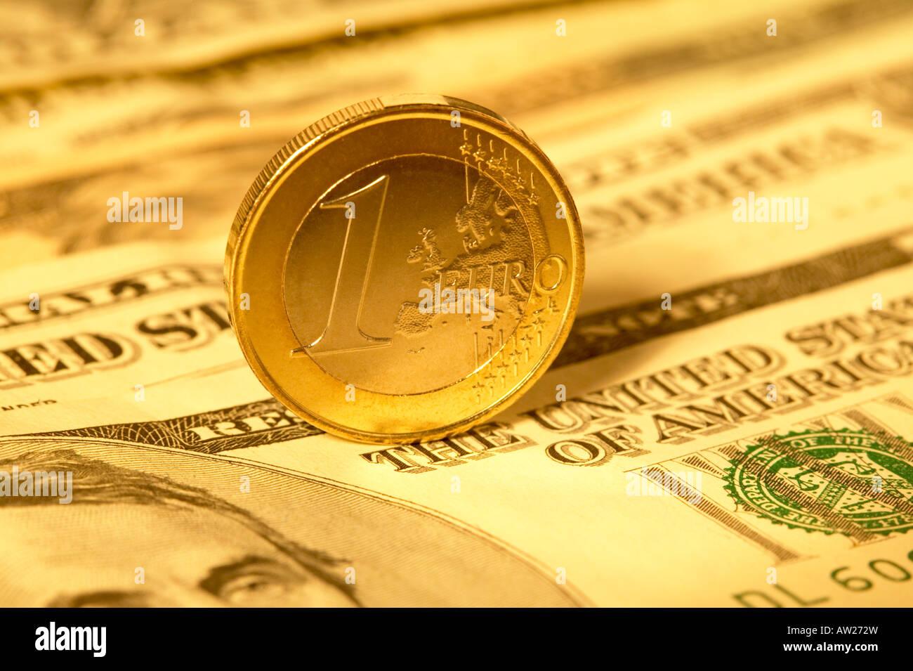 Euro Münze Stehend Auf Usa Dollar Scheine Stockfoto Bild 16441296