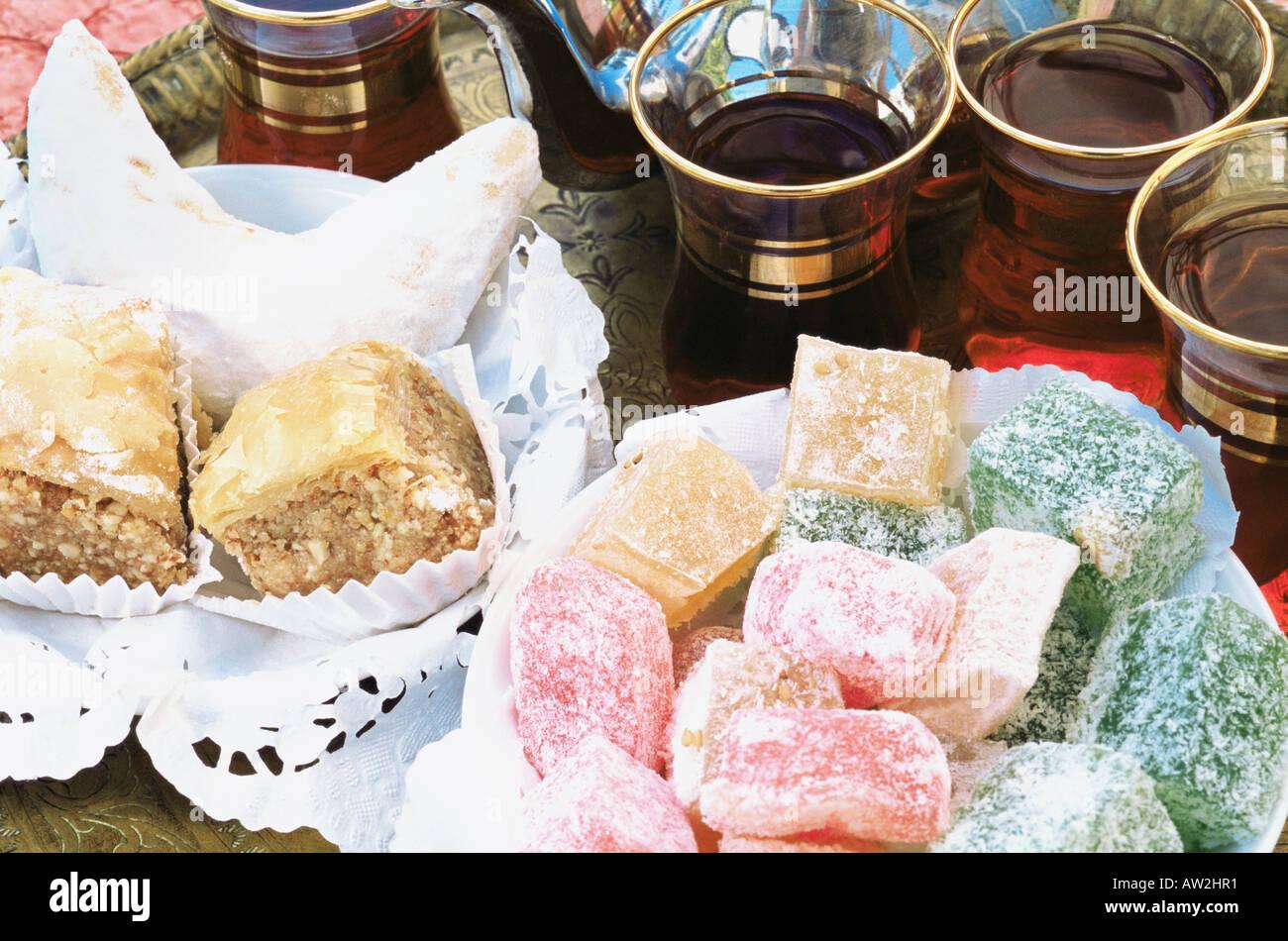 Baklava Lokum Kaab el Ghzal und Minze Tee Stockbild