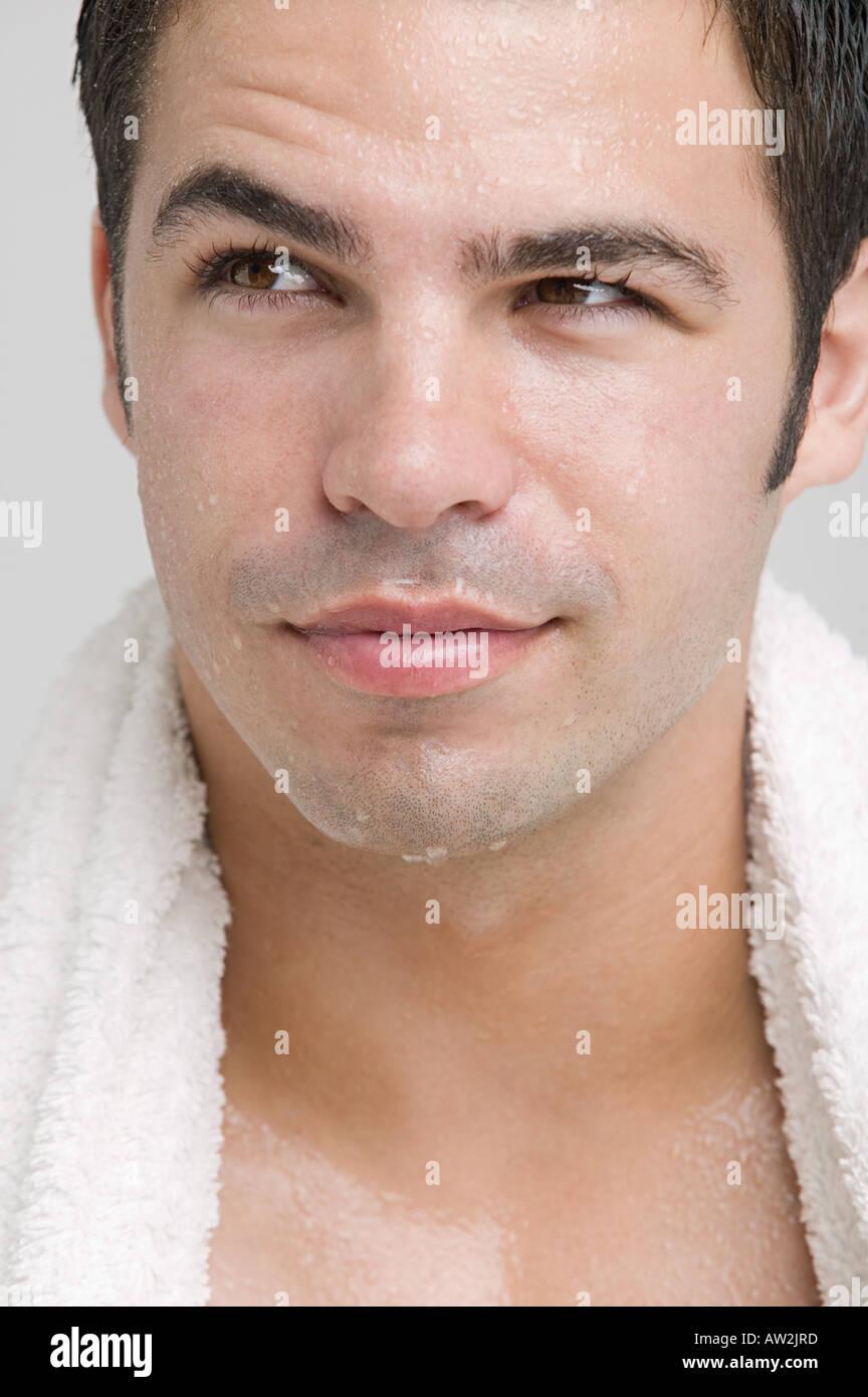 Mann mit einem nassen Gesicht Stockbild