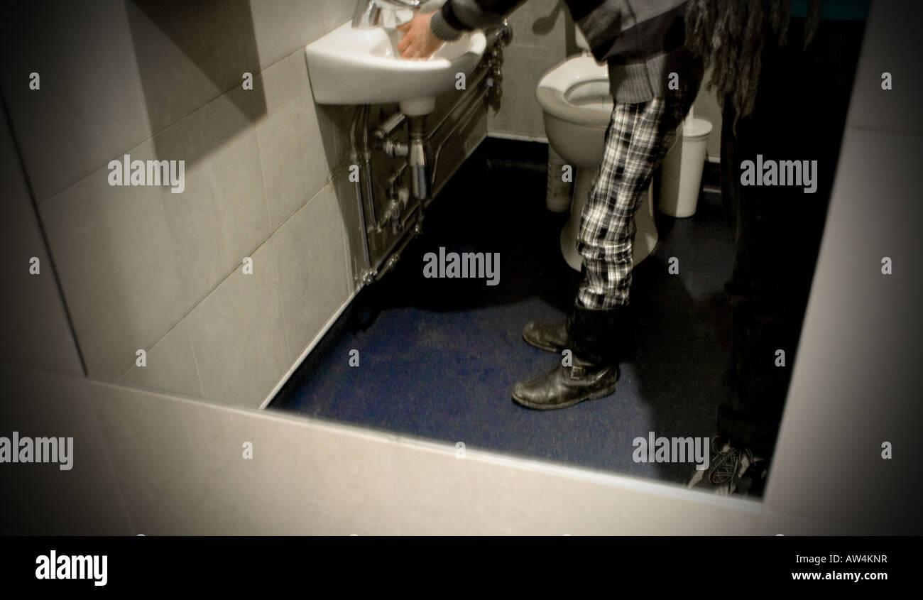 Arty Abstrakt Im Spiegel In Der Toilette Hände Waschen Stockfoto
