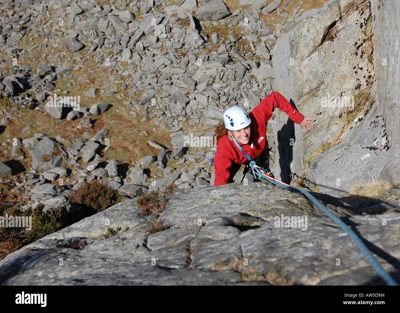 Rockclimber in Nord-Wales auf der Meilenstein Strebepfeiler in Ogwen Valley Snowdonia. Die Klippen sind auf der Stockbild