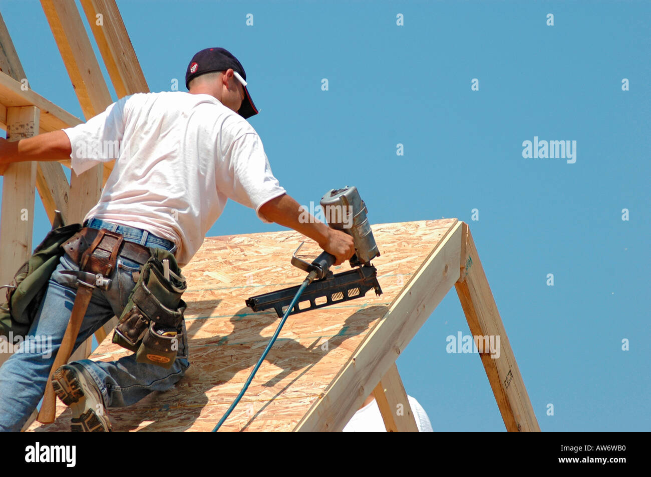 Dachdecker setzen auf Sub Dach Hügel Board auf neuen Hauptaufbau ...