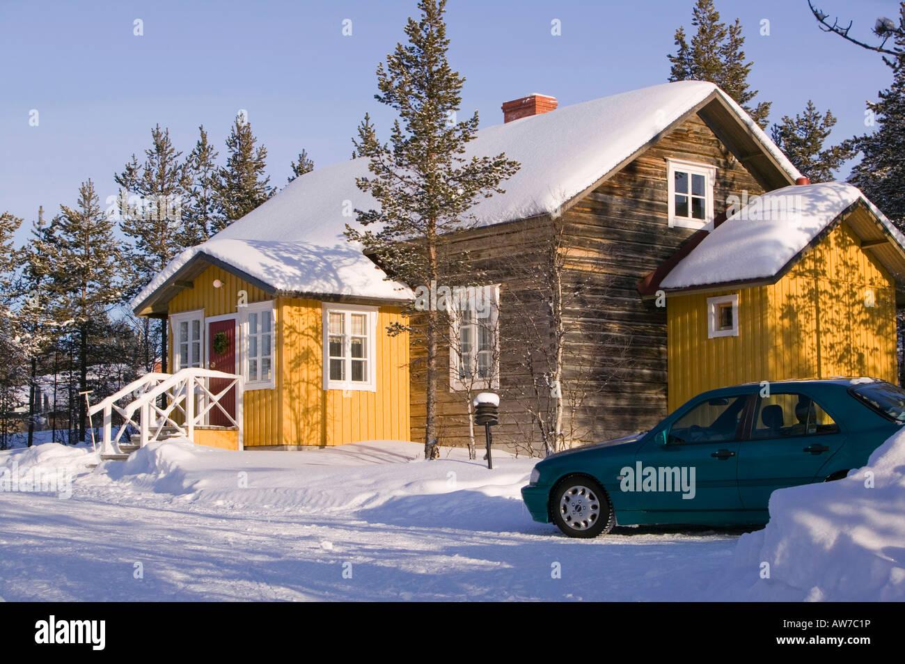 Ein gut gedämmtes Haus in Saariselkä Nordfinnland Stockbild