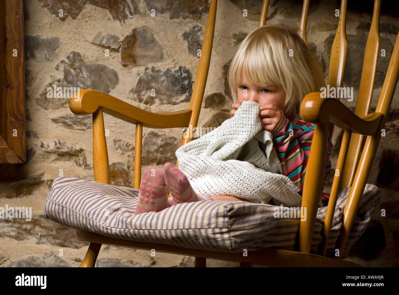 Bild von ein zwei Jahre altes Mädchen saß in einem Schaukelstuhl mit ...