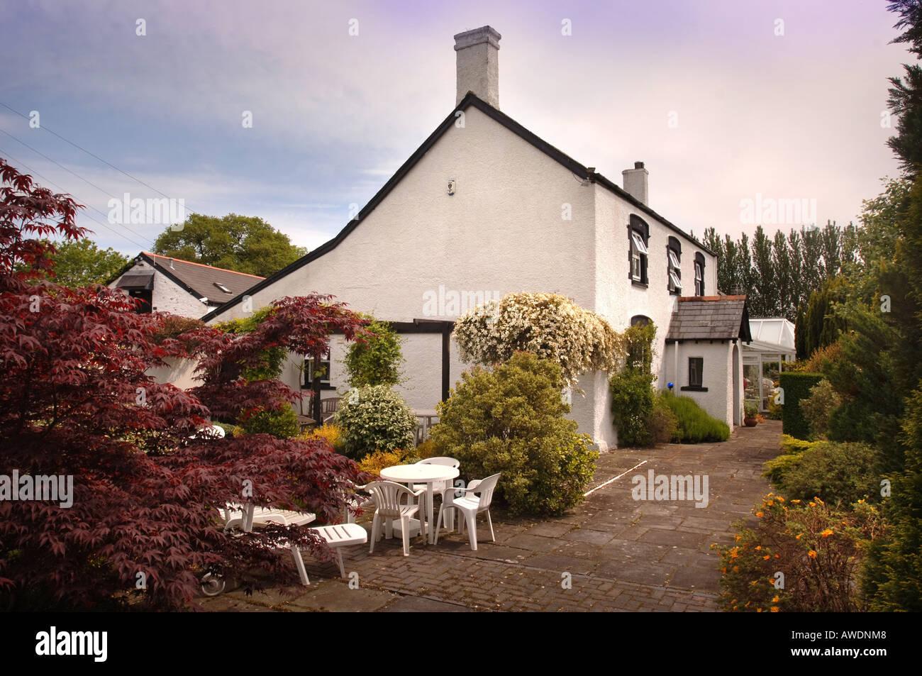 Ein Garten Im Innenhof Mit Weißen Kunststoff Möbel Uk Stockfoto