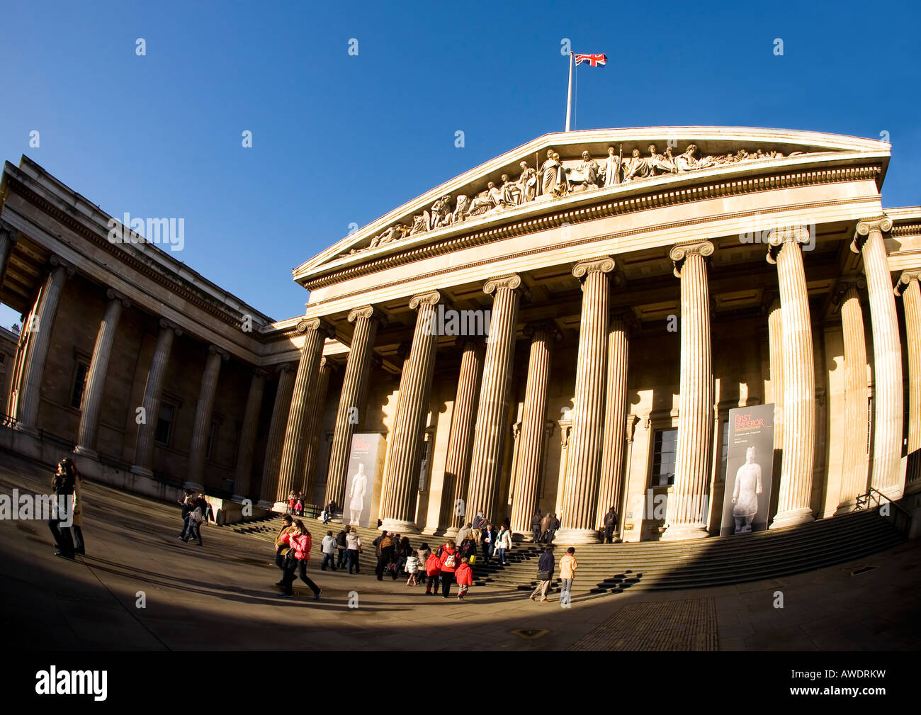 british museum vor dem eingang fassade mit geschnitzten skulpturen s ulen und union jack flagge. Black Bedroom Furniture Sets. Home Design Ideas