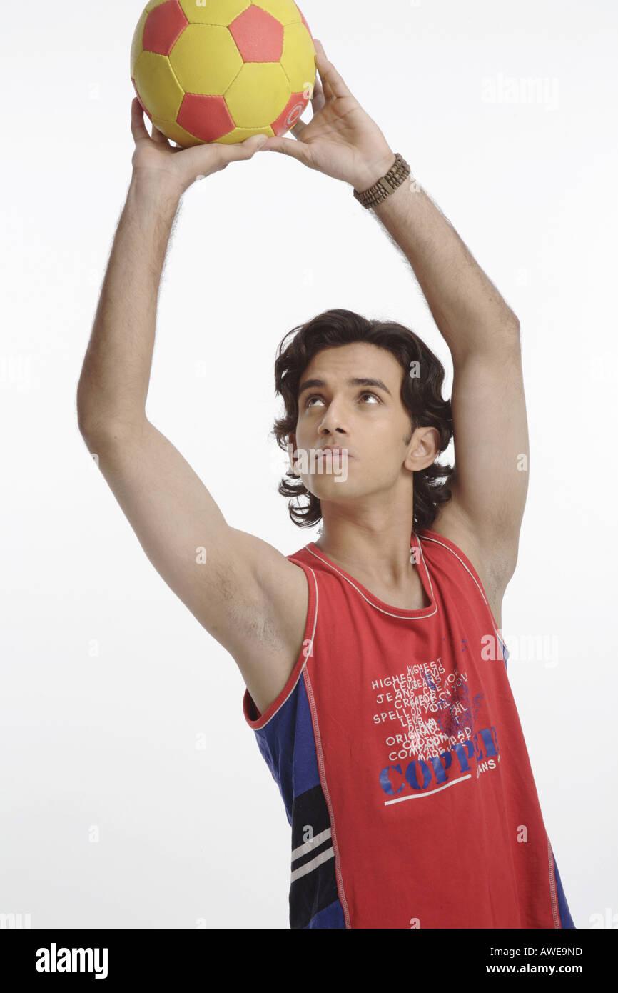 ANG200564 Teenager Fußball mit beiden Händen halten und versuchen, Herr 687T werfen Stockfoto