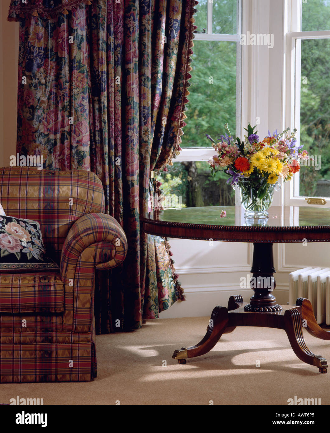 Antiker Tisch Vor Große Fenster Mit Blau + Rosa Floral Gardinen Im  Wohnzimmer Mit Rosa Karierten Sofa