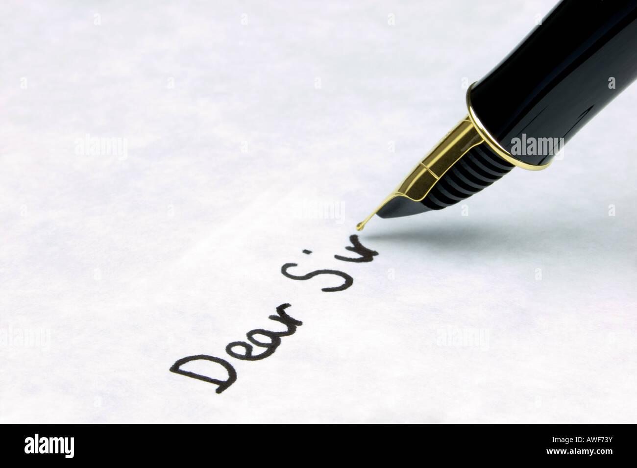 Liebe ist Sir auf Wasserzeichen strukturiertem Papier geschrieben mit einem gold Nibbed Füllfederhalter Brennpunkt Stockbild